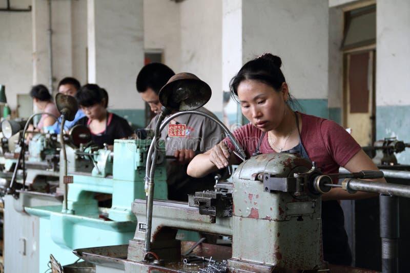 Arbeitskraft, die in der chinesischen Fabrik arbeitet stockbild