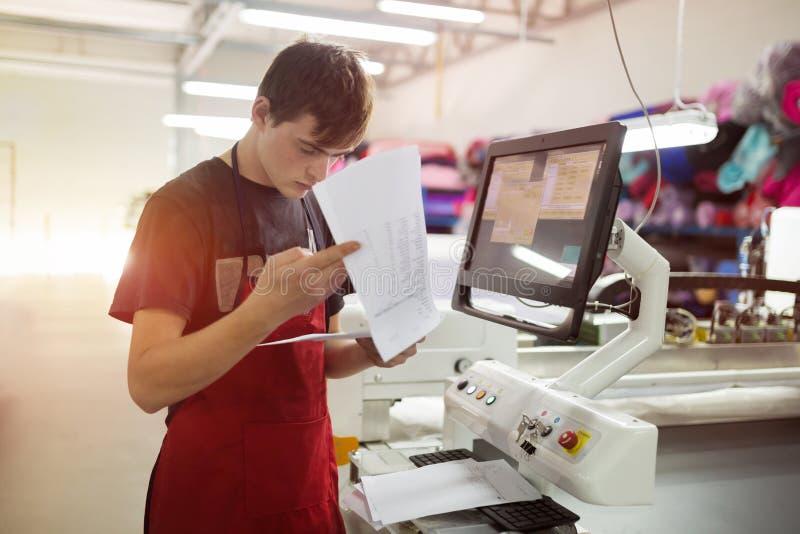 Arbeitskraft, die in der Gewebeindustrie arbeitet lizenzfreie stockfotografie