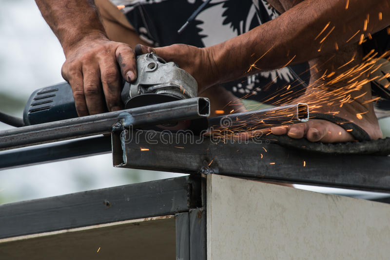 Arbeitskraft, die eine Schleifmaschine bearbeitet lizenzfreies stockfoto