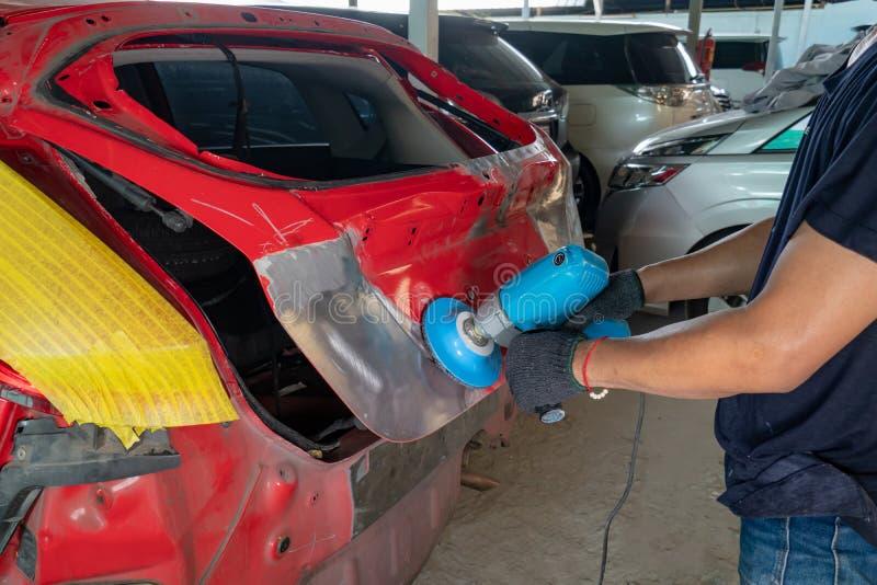 Arbeitskraft, die Fahrzeugkarosserie repariert lizenzfreie stockfotos