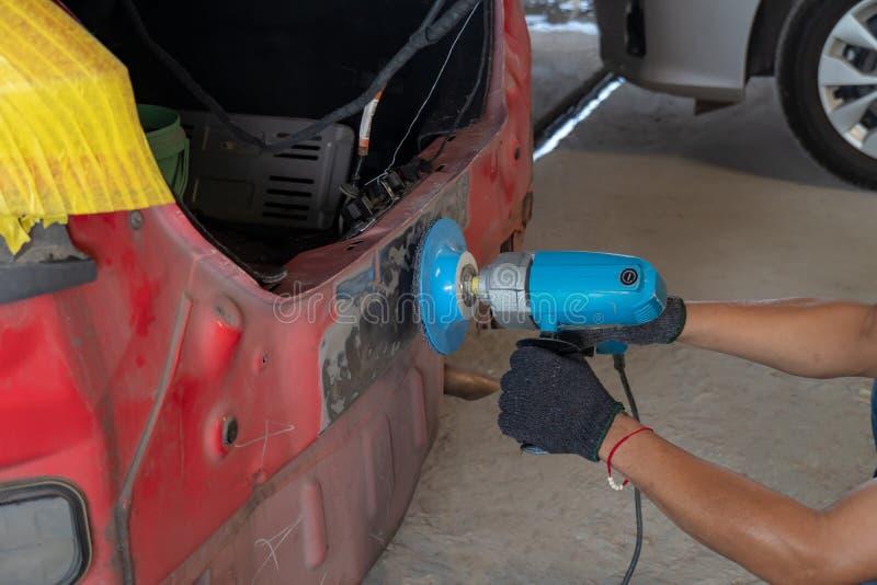 Arbeitskraft, die Fahrzeugkarosserie repariert stockfoto