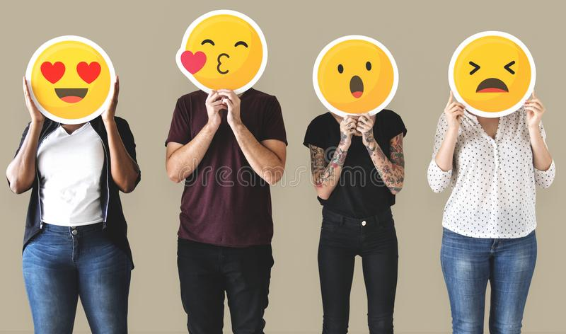 Arbeitskraft, die Gesicht emojis steht und hält lizenzfreie stockfotografie