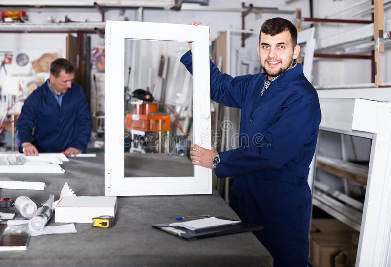 Arbeitskraft, die Inspektion tut und Papiere überprüft stockfoto