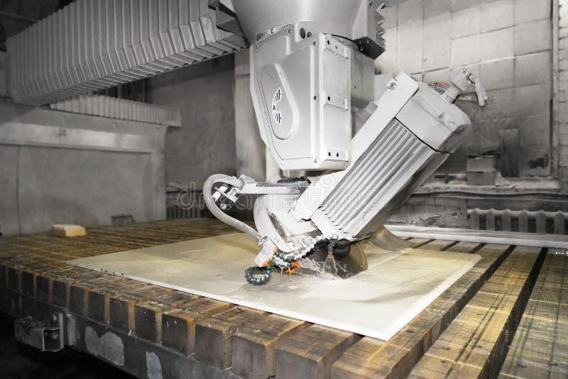 Arbeitskraft, die Metall, Steinproduktion, schöner Steinausschnitt schneidet lizenzfreies stockfoto