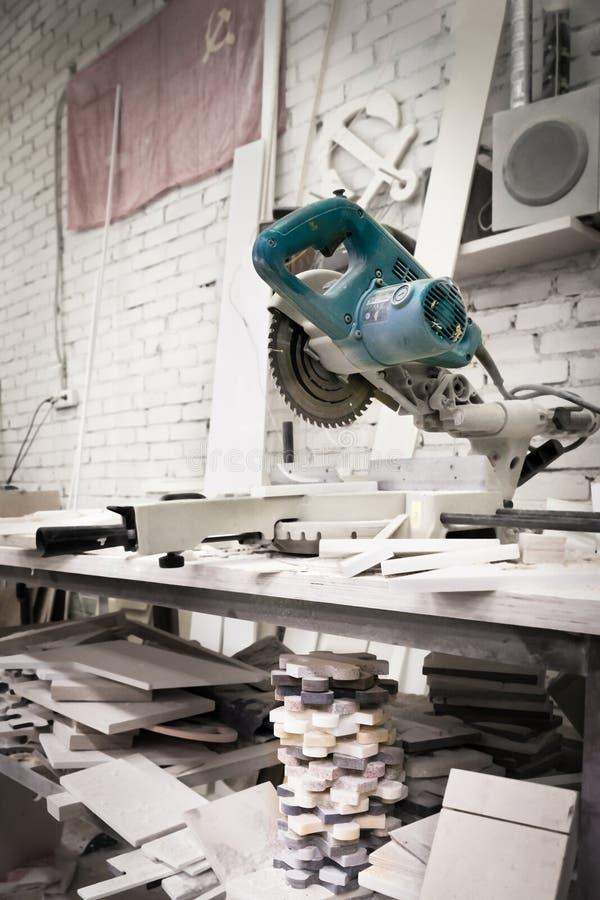 Arbeitskraft, die Metall, Steinproduktion, schöner Steinausschnitt schneidet stockfoto