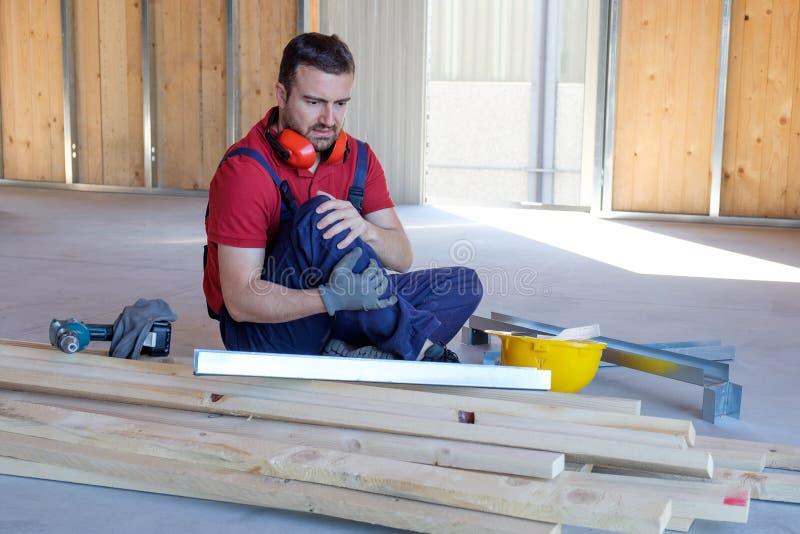 Arbeitskraft, die nach am Arbeitsplatz stattfindender Verletzung leidet lizenzfreie stockfotografie
