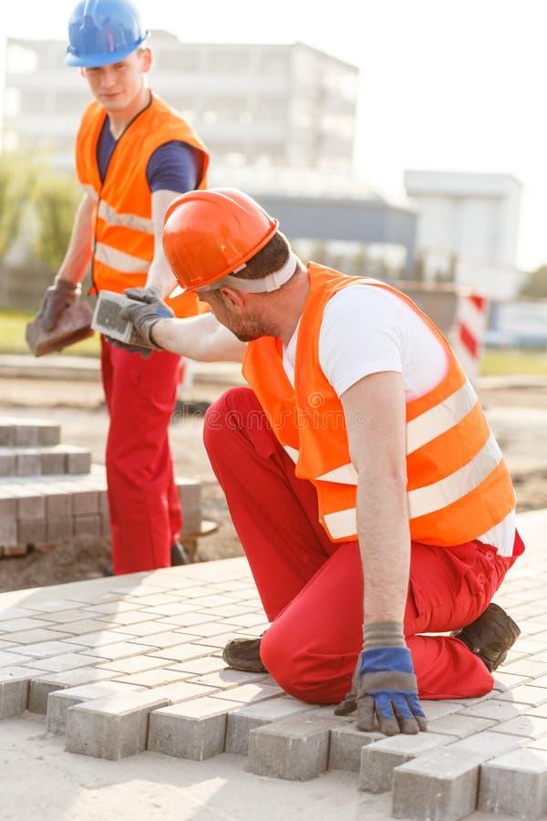 Arbeitskraft, die neue Pflasterung macht lizenzfreies stockfoto