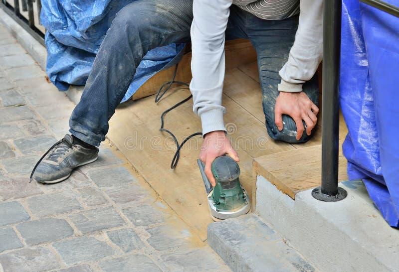 Arbeitskraft, die Politur des ersetzten Treppenhauses tut stockbild