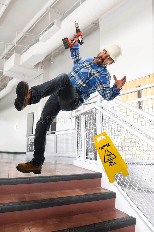 Arbeitskraft, die unten Treppe fällt stockfotos