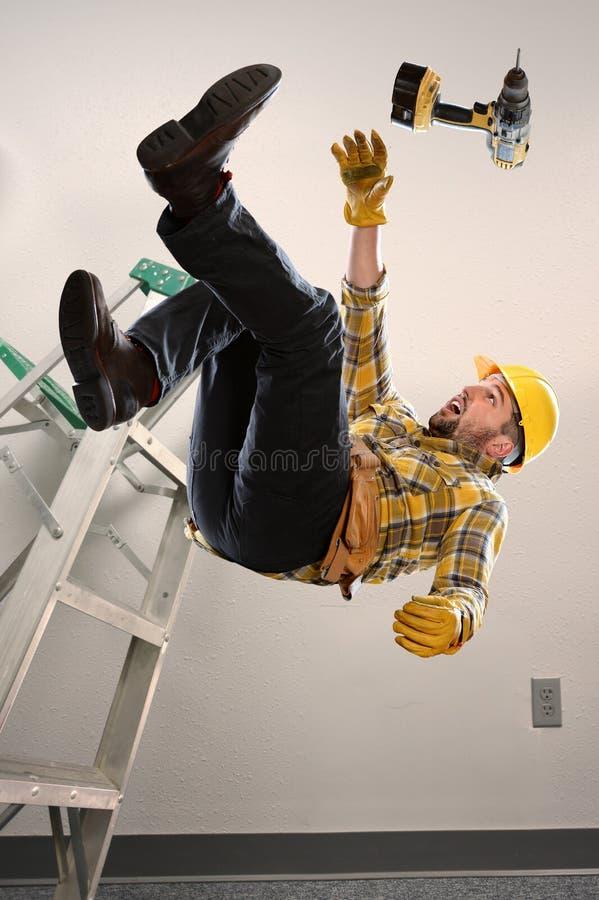 Arbeitskraft, die von der Leiter fällt stockfotos