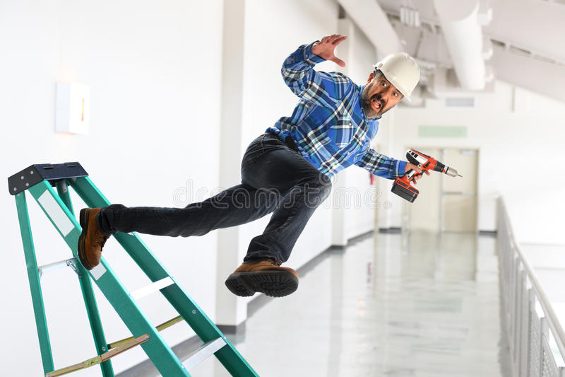 Arbeitskraft, die weg Leiter fällt stockbilder