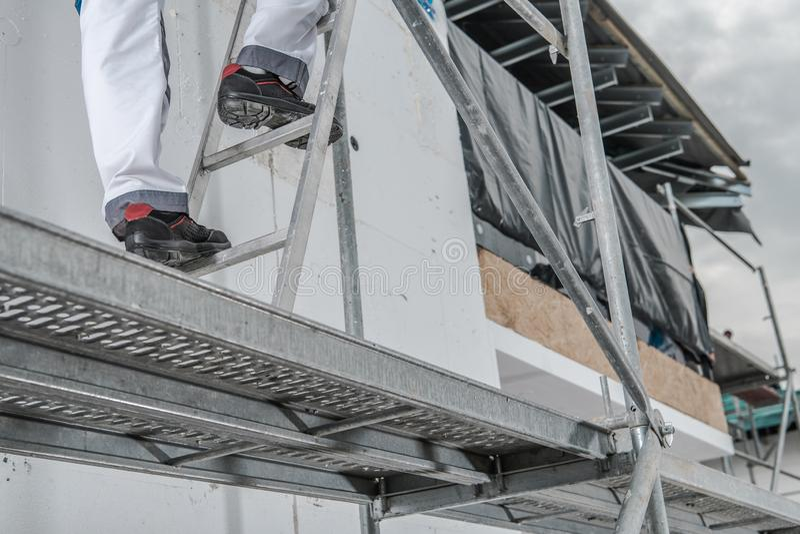 Arbeitskraft in einem Baugerüst lizenzfreie stockfotografie