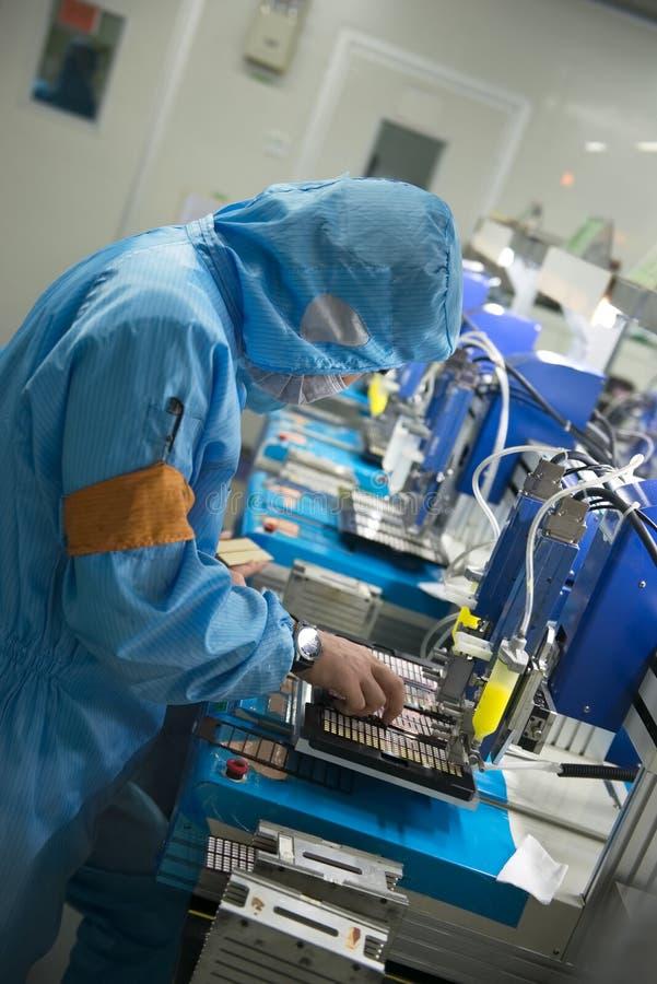Arbeitskraft einer chinesischen LED-Produktionsfabrik bei der Arbeit lizenzfreie stockfotografie