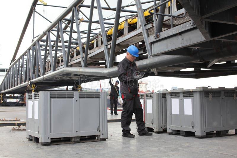 Arbeitskraft am industriellen Standort lizenzfreie stockfotografie