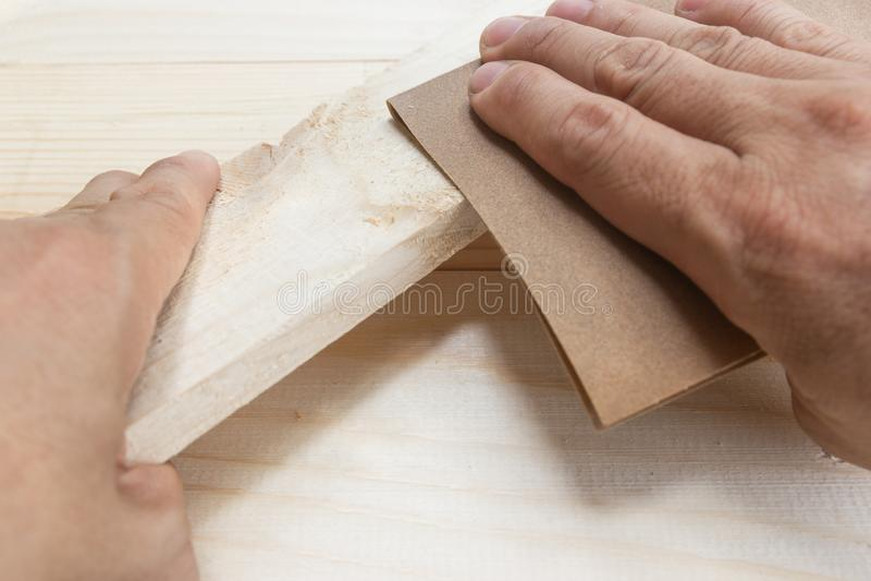 Arbeitskraft-Mann-Poliersandpapier-Holz lizenzfreie stockfotos