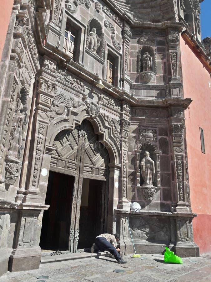 Arbeitskraft-Mann-Reinigungs-Markstein historischer Mexikaner geschnitzter Gray Stone Catholic Cathedral Building außerhalb der A lizenzfreies stockbild