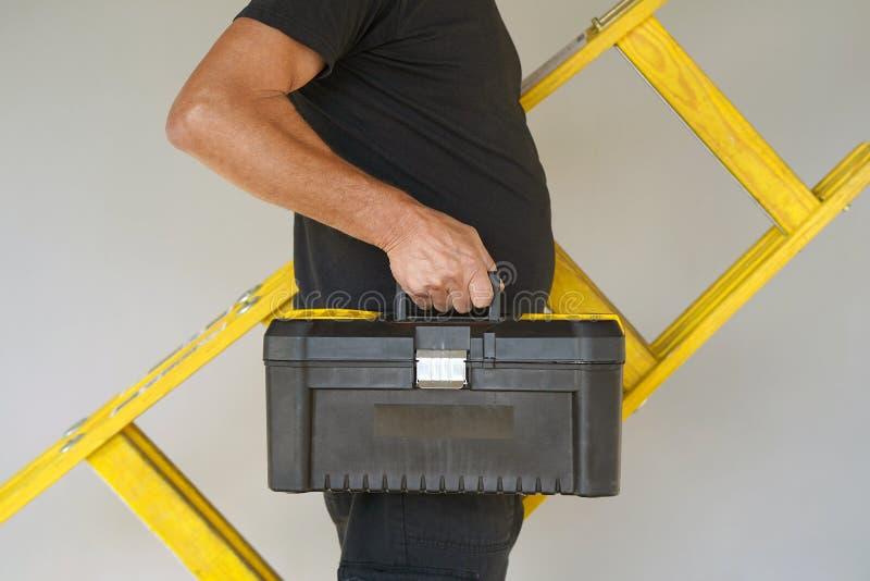Arbeitskraft mit hölzerner Leiter stockfotos