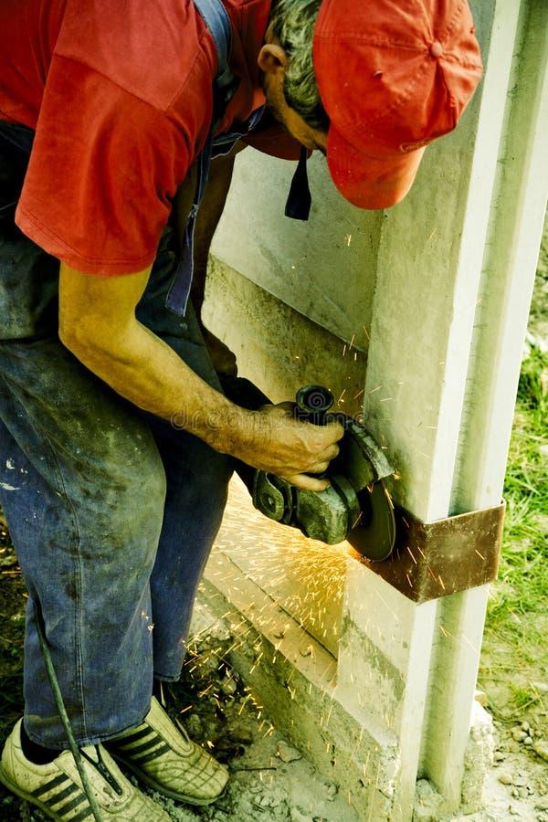 Arbeitskraft mit Schleifersäge lizenzfreie stockfotografie