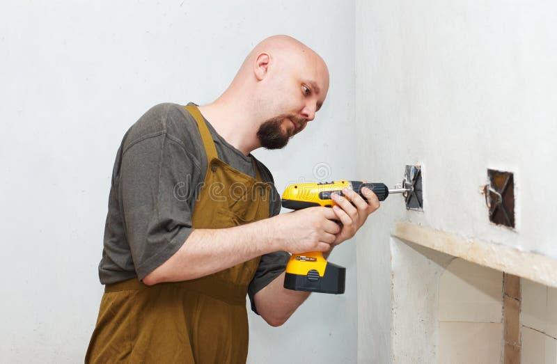 Arbeitskraft mit Schraubendreher stockfotos