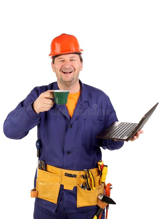 Arbeitskraft mit Tasse Kaffee und Laptop. lizenzfreie stockfotos