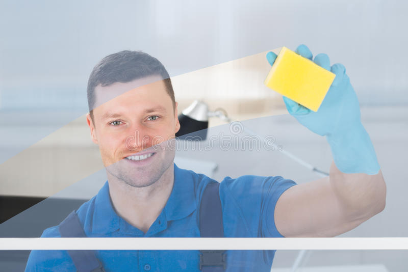 Arbeitskraft-Reinigungsglas mit Lappen lizenzfreie stockbilder