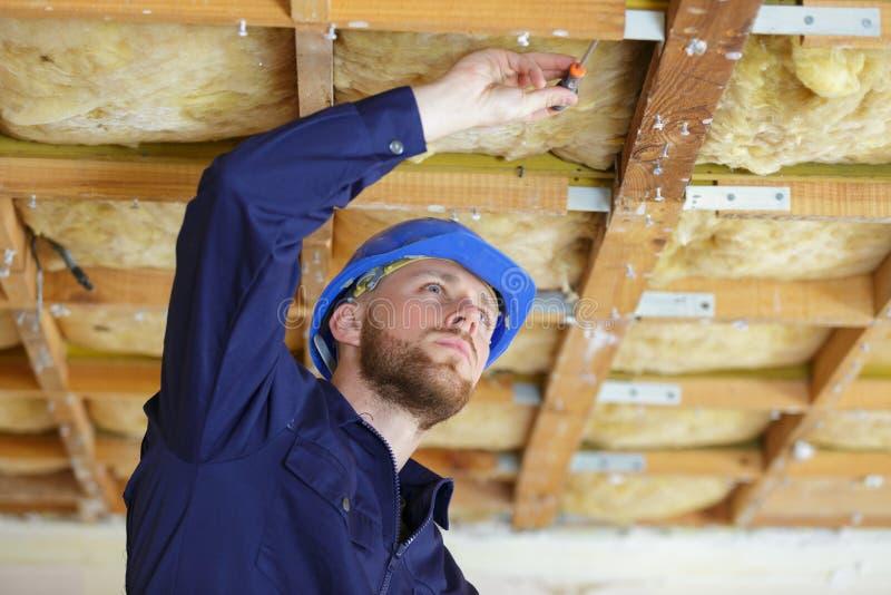 Arbeitskraft Roofererbauer, der an Dachstuhl arbeitet stockbild