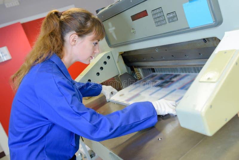 Arbeitskraft und Druckmaschine lizenzfreie stockfotografie