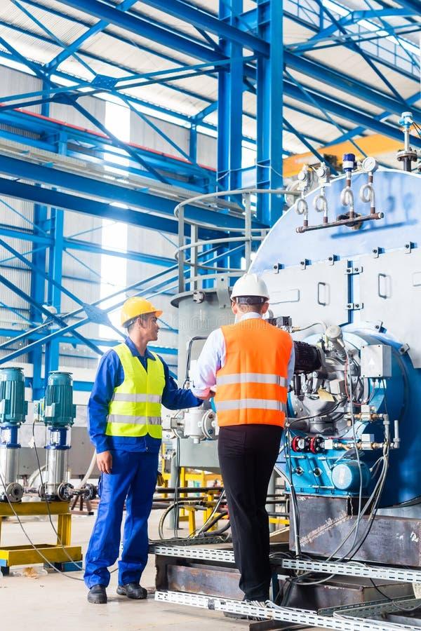 Arbeitskraft und Manager in der industriellen Fabrik stockfoto