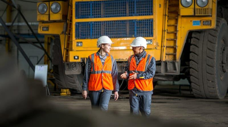 Arbeitskraft vor einem Wanzen-LKW lizenzfreie stockbilder