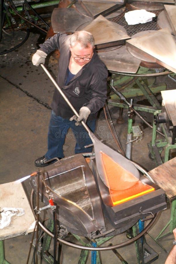 Arbeitskraft während der Glasverarbeitung stockbilder
