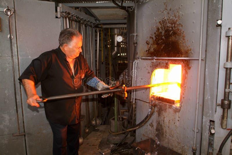 Arbeitskraft während der Glasverarbeitung lizenzfreies stockbild