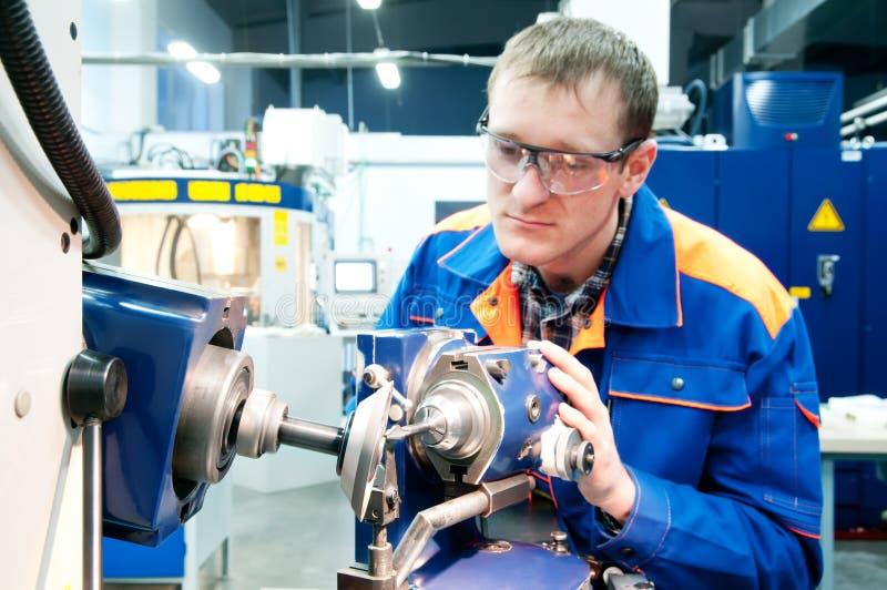 Arbeitskraft am Werkzeugmaschinenbetrieb stockfotos