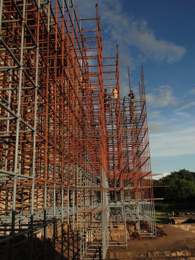 Arbeitskraftaufstiegs-Eisenbaugerüst stockbilder