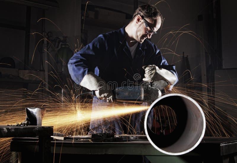 Download Arbeitskraftausschnittrohr Mit Engelsschleifer. Stockfoto - Bild: 19807318