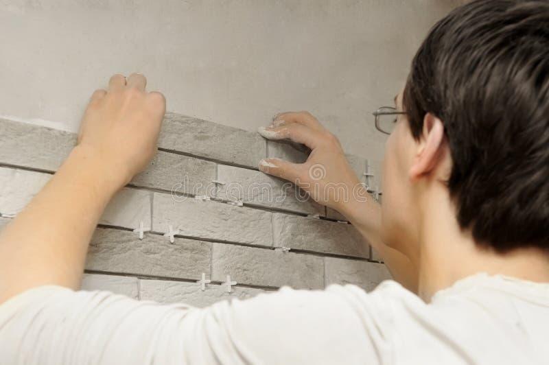 Arbeitskraftdachdecker bei der Arbeit lizenzfreie stockfotos