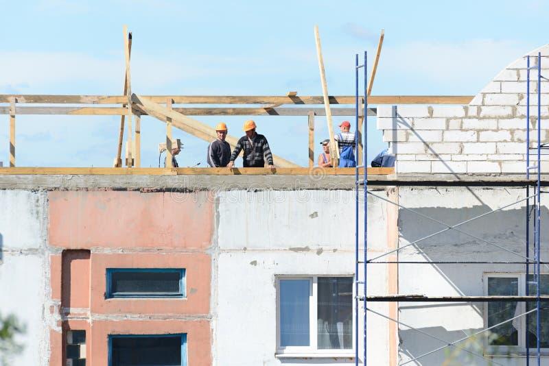 Arbeitskrafterbauer machen Installation vom Baugerüst stockfotos
