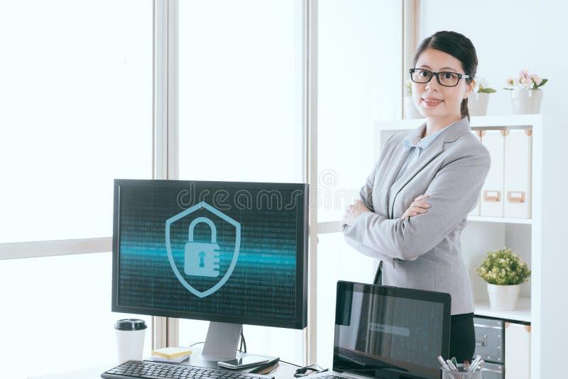 Arbeitskraftmädchen, das Informationssicherheitsfunktion zeigt lizenzfreie stockfotos