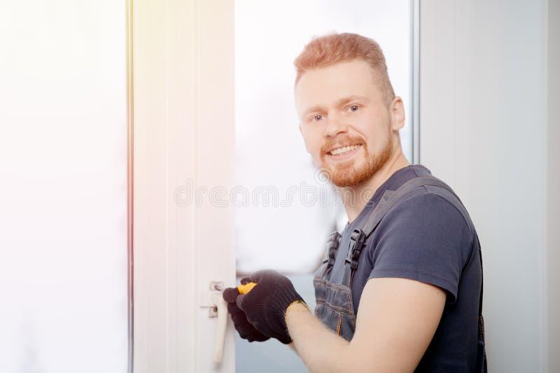 Arbeitskraftmann installiert Plastikfenster und Türen mit doppelverglastem Weiß lizenzfreies stockbild