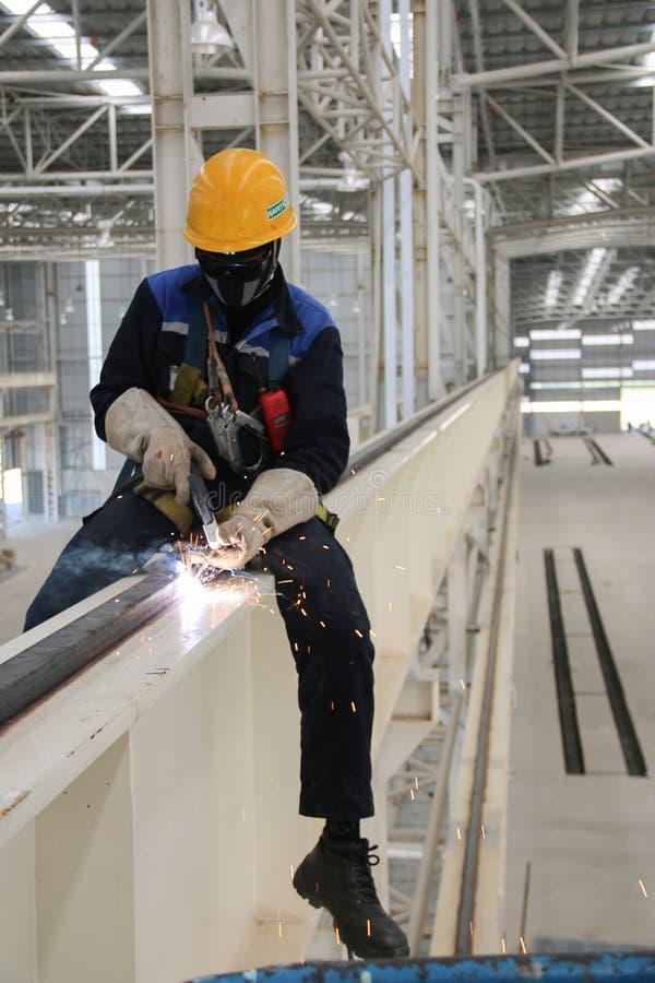 Arbeitskraftschweißenskran befördert Industrie höher mit der Eisenbahn stockfotografie