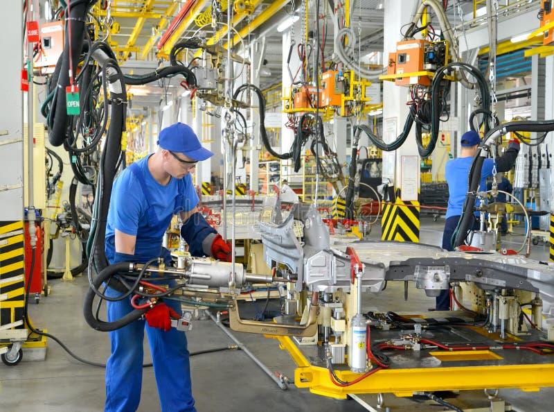 Arbeitskraftschweißungs-Fahrzeugkarosseriesonderkommandos Schweißensshop des Automobilen stockfotos