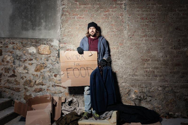 Arbeitsloser Mann, der nach Job mit Pappzeichen sucht stockfoto
