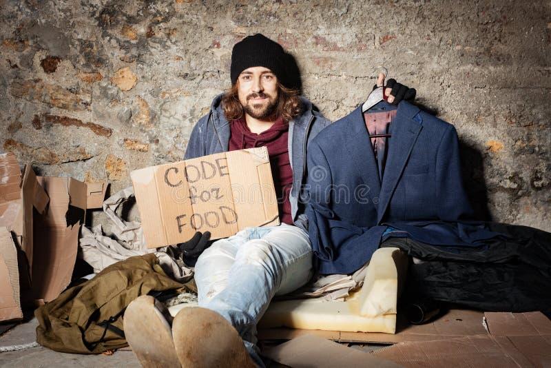 Arbeitsloser Mann mit Pappecode für Nahrungsmittelzeichen stockfotos