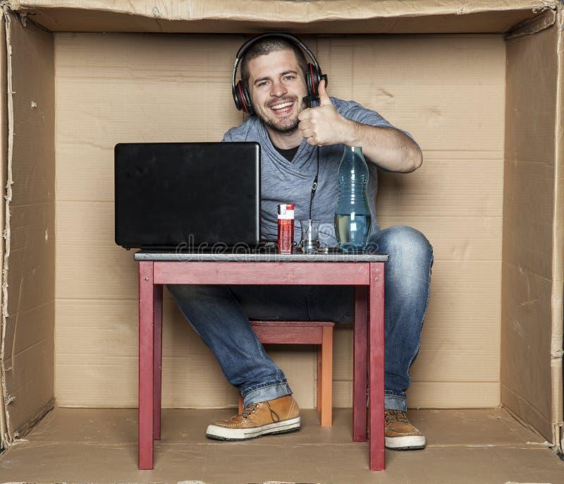 Arbeitsloser Student, der in seinem Raum spielt Videospiele sitzt lizenzfreies stockfoto