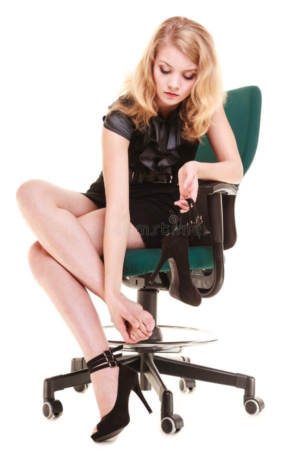 Arbeitsniederlegung Müde Geschäftsfrau, die Füße massiert lizenzfreie stockfotografie