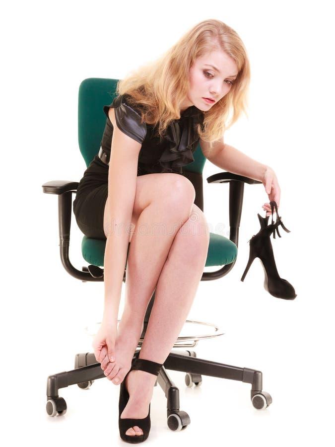 Arbeitsniederlegung Müde Geschäftsfrau, die Füße massiert stockbilder