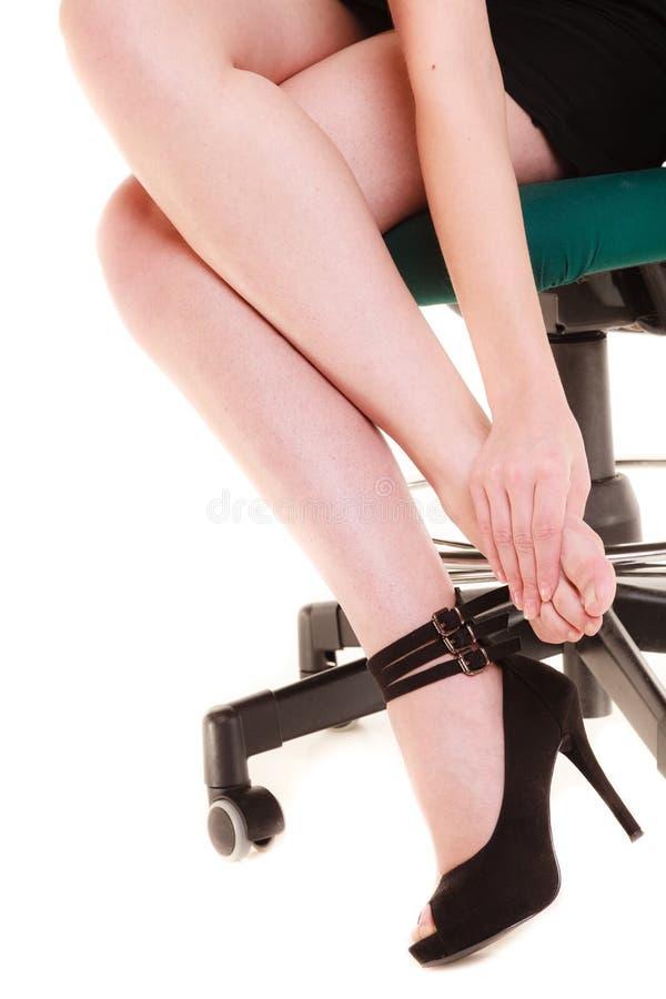 Arbeitsniederlegung Müde Geschäftsfrau, die Füße massiert stockbild