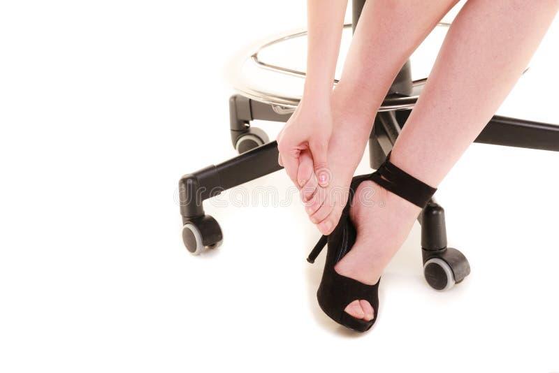 Arbeitsniederlegung Müde Geschäftsfrau, die Füße massiert lizenzfreies stockfoto