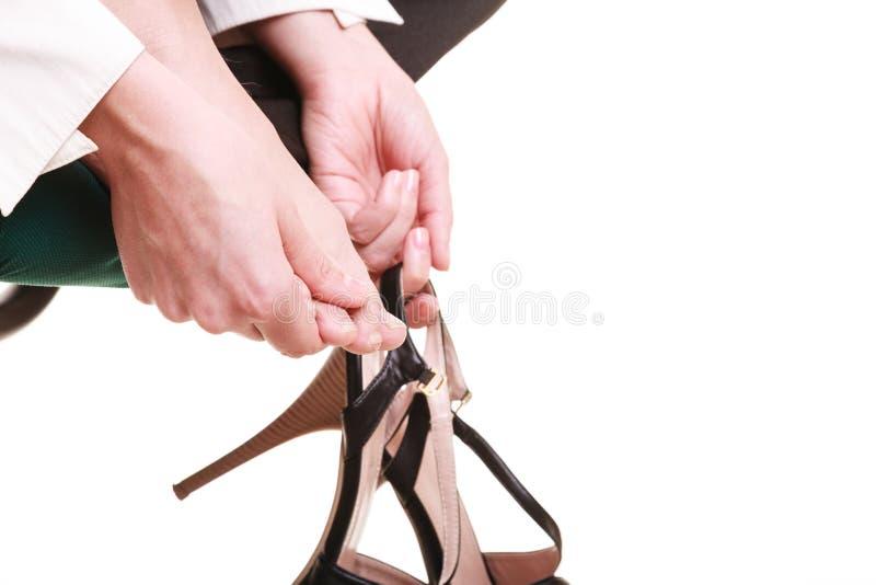 Arbeitsniederlegung Müde Geschäftsfrau, die Füße massiert lizenzfreies stockbild