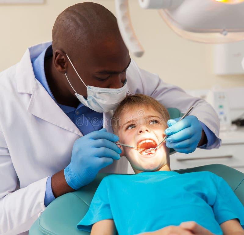 Arbeitspatient des afrikanischen Zahnarztes stockbild