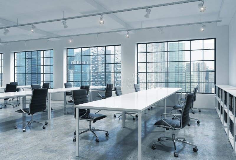 Arbeitsplätze in einem hellen modernen Büro des Dachbodenoffenen raumes Leere Tabellen- und Dozentbuchregale Singapur-Panoramabli lizenzfreie abbildung